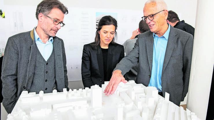 Sie planen das Hochhaus: Ingenieur Patrick Gartmann und Architektin Angela Deuber mit Fritz Merker (v.l.).