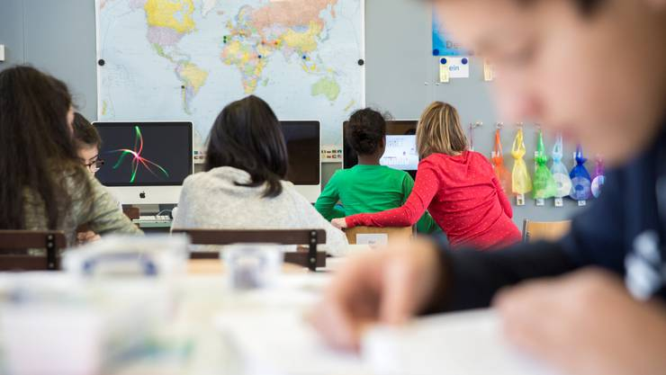 Die Lehrerin der Integrationsklasse, Christine Leuenberger, unterstützt ihre Schüler beim Deutschlernen.