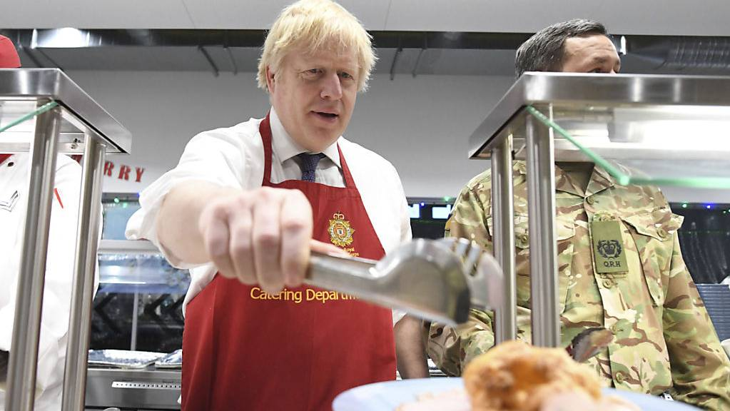 Christmas lunch served by the Prime Minister himself: Boris Johnson bei britischen Soldaten in Estland.
