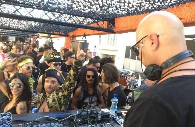 DJ Anthik heizt vom Lovemobil aus den Ravern ein.
