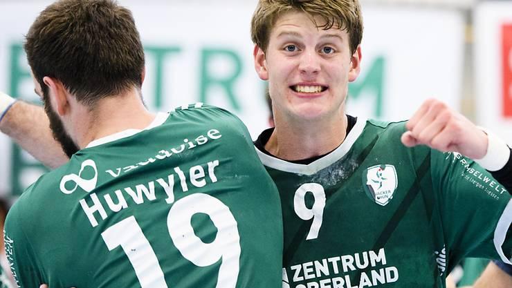 Die Thuner Handballer (hier Huwyler und Glatthard) sind im Hoch