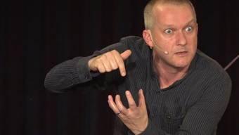 «Schwoobe sind doch komischi Lüüt»: Simon Enzler bringt das Publikum an der Vorpremiere auf der Kellerbühne in St.Gallen hörbar zum Lachen.