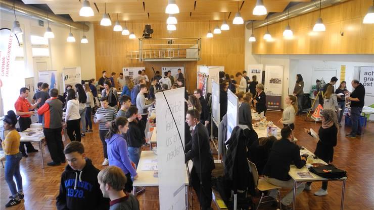 Der Singsaal der Oberstufe Weiningen ist mit neugierigen Schülerinnen, Schülern und antwortbereiten Lehrmeistern und Angestellten gefüllt.