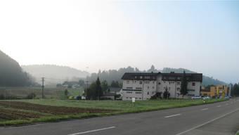Auf dem Grundstück vor dem Mehrfamilienhaus ist eine Reithalle geplant. cwu