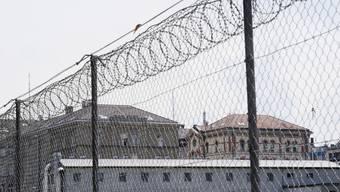 Durch das immer strenger werdende Urlaubsregime für Häftlinge steige deren Rückfallrisiko, so Ueli Hostettler vom Institut für Strafrecht und Kriminologie der Universität Bern (Gefängnis Kaserne Zürich)