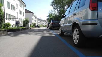 Für die Tagesparkkarte in der blauen Zone, wie etwa hier an der Haslernstrasse im Altbergquartier, zahlt man 10 Franken. Für Kurzzeitbesucher zu viel, findet Gemeinderätin Catherine Peer (SP). Sie verlangt jetzt Halbtages-Parkkarten für 5 Franken.