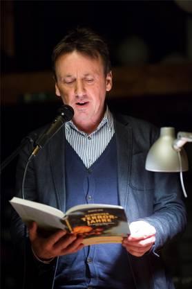 Licht ins Dunkel? Marcel Gyr während seiner Vorlesung in der Würenlinger Dorfbibliothek.