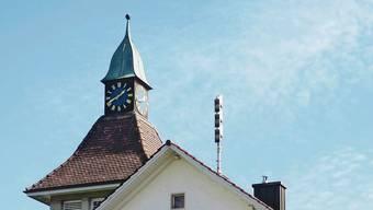Gegen das Glockengeläut vom Schulhausdach könnten Klagen von Anwohnern kommen.