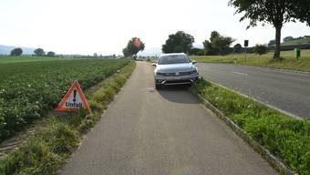 Der 54-jährige Sportler wollte auf den gegenüberliegenden Feldweg gelangen, als es zur Kollision mit dem Auto kam.