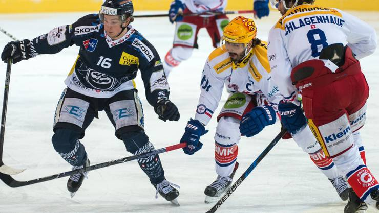 Kloten (im Bild mit Denis Hollenstein und Roman Schlagenhauf) steht nach dem ersten Spieltag der Abstiegsrunde bereits als Teilnehmer des Abstiegs-Playoffs fest