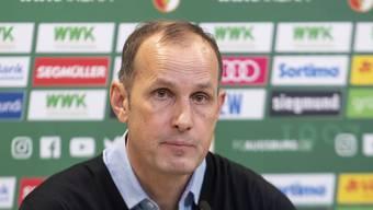 Ein Einkauf mit Konsequenzen: Weil Augsburgs Trainer Heiko Herrlich das Teamhotel verliess, wird er am Samstag gegen Wolfsburg nicht im Stadion auf der Bank sitzen