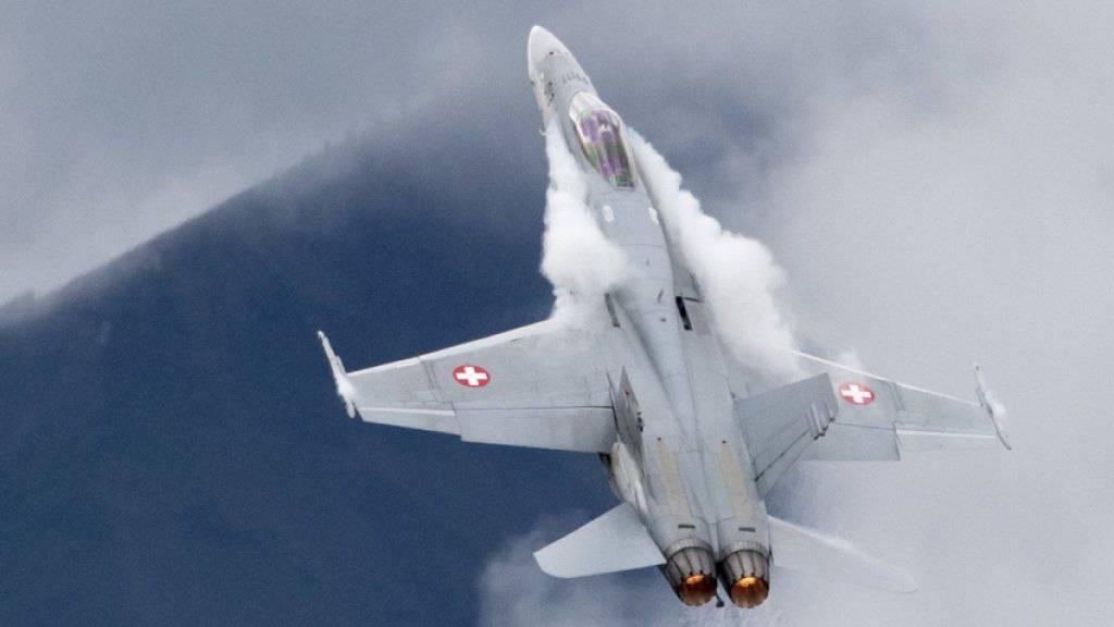 Die F/A-18-Kampfjets der Schweizer Luftwaffe sind von einem Problem am Sauerstoffversorgungssystem betroffen, das in den USA zu Diskussionen geführt hat. Gemäss dem VBS können die Piloten mit den Schwierigkeiten umgehen. (Archivbild)