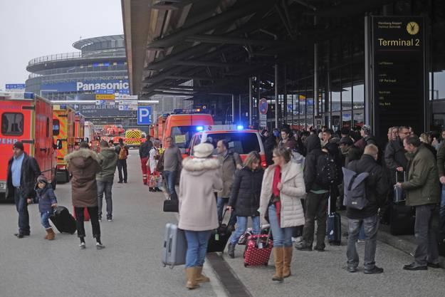 Hunderte Reisende mussten bei winterlichen Temperaturen im Freien ausharren.