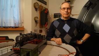 Der Dietiker Rolf Hugger mit dem Modell einer Dampflokomotive.