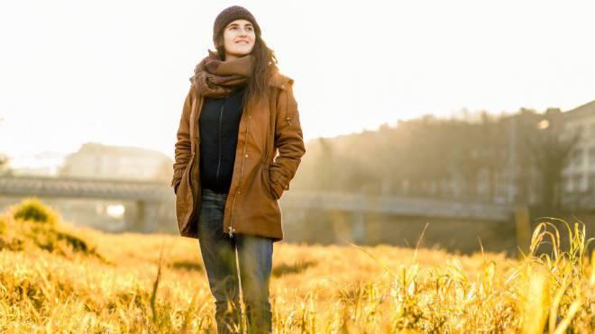 Elena Marti am Ufer der Sihl, wo sich Natur und Urbanität begegnen. Sie schaut optimistisch ins 2017 und will den Gemeinderat aufmischen. Foto: Sandra Ardizzone