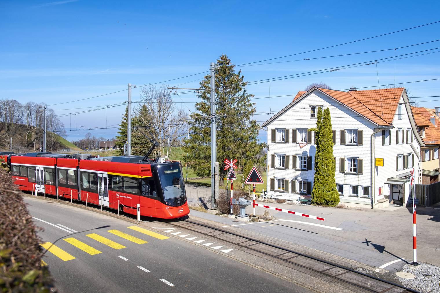Dank der Bahnhaltestelle direkt vor der Haustür ist der «Schwarze Bär» gut erschlossen- (Bild: St.Galler Tagblatt/ Urs Bucher)
