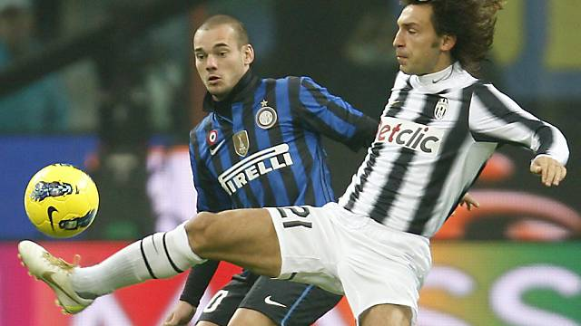 Andrea Pirlo (rechts) im Duell mit Wesley Sneijder