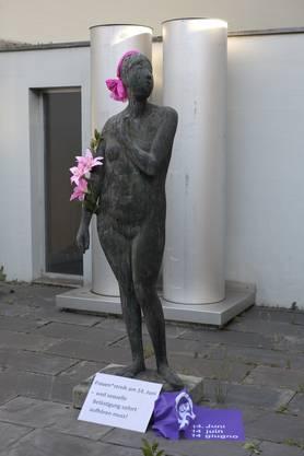 Frauenstatue beim Stadthaus.