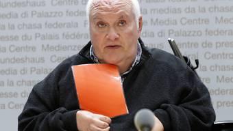 Francesco Bertoli von der Behindertenorganisation Agile zeigt dem Parlament die rote Karte für das Gesetz zur Überwachung von Sozialversicherten.