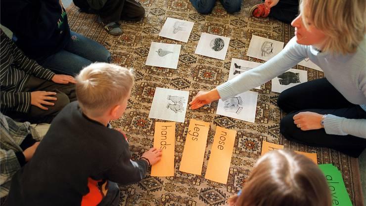 Im Bild: Primarschüler lernen eine Fremdsprache. (Symbolbild)