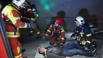 Eine Person wird in der Lötschbergtunnel-Übung evakuiert