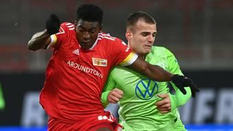 Der Wolfsburger Marin Pongracic (rechts) musste gegen Union Berlin mit Atemproblemen ausgewechselt werden.