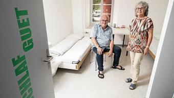 Kurt Adler und Daniela Fleischmann (r.) in einem der Doppelzimmer in der Notschlafstelle.