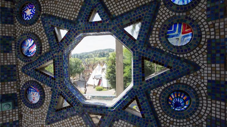Blick vom Wohnhaus der Künstlerwitwe Maria Anna Weber auf den Wassergarten, welcher der Stiftung gehört. Die Gräben dazwischen verlaufen tief. severin bigler