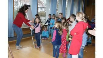 Die Erzählerin, Claudia Abraham, ermuntert die Kinder zum Zeichnen. sag