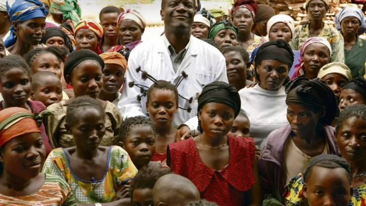 Der Friedensnobelpreisträger Dr. Denis Mukwege inmitten von Frauen, die Opfer von Sexualverbrechen als Kriegsmethode geworden sind. (nobelprize.org)