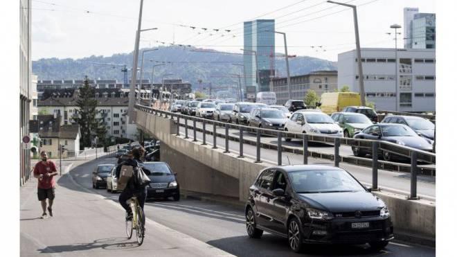 Die Transitstrecke durch die Stadt: Auf der Hardbrücke staut sich der Verkehr auch nach der Eröffnung der Westumfahrung regelmässig. Foto: Keystone