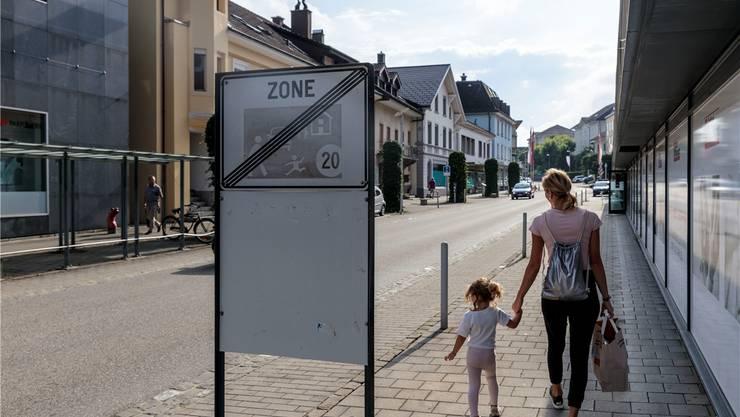 Dieses Schild bleibt bis auf weiteres: Die Begegnungszone Bachstrasse wird nicht in die Solothurnstrasse verlängert.