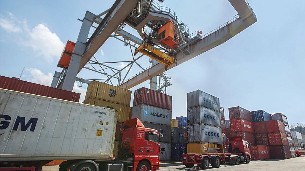 Nach einem verhaltenen Jahresauftakt hat die Schweiz ihren Handel mit anderen Ländern in den Sommermonaten deutlich intensiviert. Die Exporte erreichten in den ersten sechs Monaten ein neues Rekordhoch. (Symbolbild)