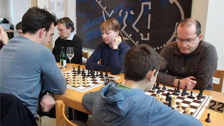 Volle Konzentration am Turnier des Schachklubs Grenchen mit internationaler Besetzung.