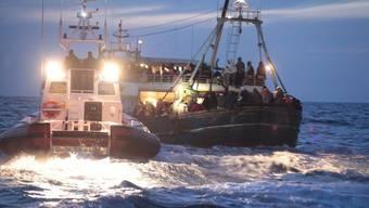Die italienische Küstenwache erreicht ein libysches Flüchtlingsschiff (Archiv)