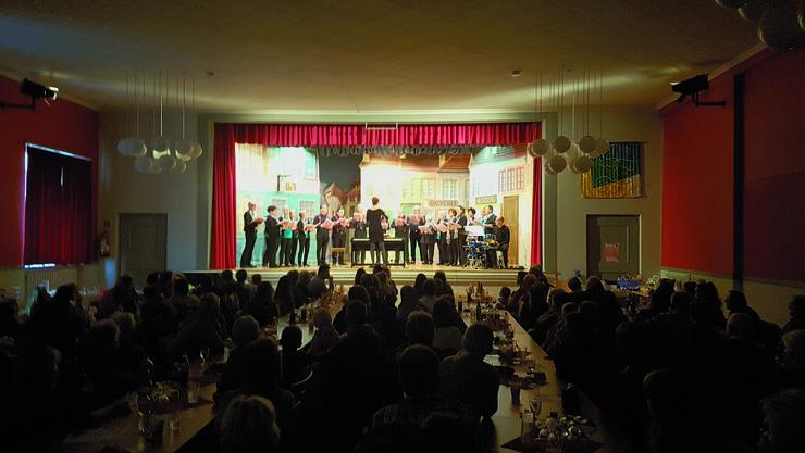 Der gemischte Chor Matzendorf unter der Leitung von Susanne Tage Schelhorn geniesst den Auftritt beim voll gefüllten Sternensaal.