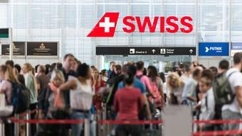 Am Flughafen Zürich stehen vermehrt Spender mit Desinfektionsmittel.
