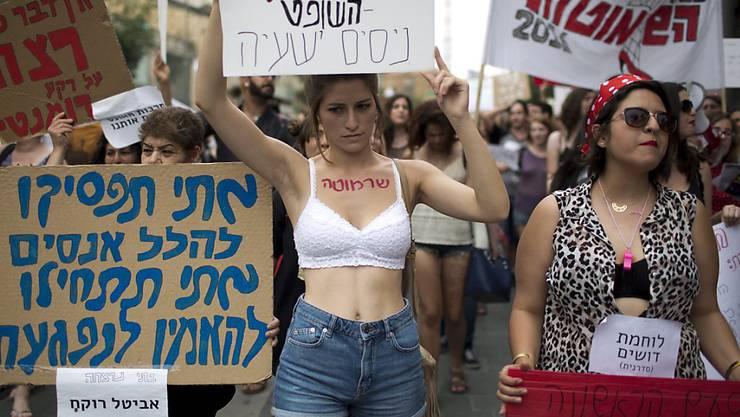 Demonstrativ leicht bekleidet: Die Frauen protestieren in Jerusalem gegen sexuelle Gewalt.