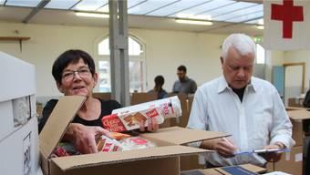 Blanka Reich (76) hilft bereits zum zehnten Mal mit beim «Rüsten» der Pakete für die Aktion «2x Weihnachten».