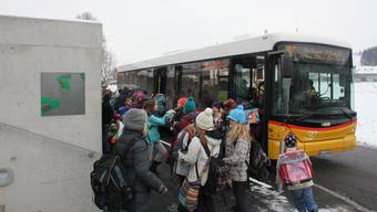 Wenn Schüler weit fahren müssen, damit sie zur Schule kommen, dann sieht das Volksschulgesetz Beiträge vor.