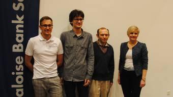 von links: Das Siegertrio Noël Studer, Nikita Petrov und Vadim Milov zusammen mit Karin Gerber (Vertreterin SOBA)
