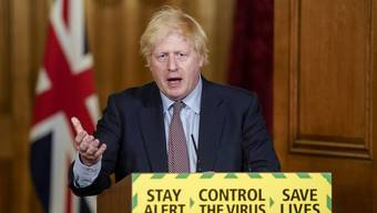Der britische Premierminister Boris Johnson feiert den Forschungserfolg der Universität Oxford.