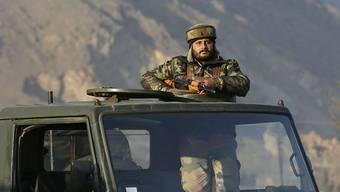 Ein indischer Soldat hält Wache während der Feuergefechte nahe der Stadt Srinagar im indischen Teil Kaschmirs.