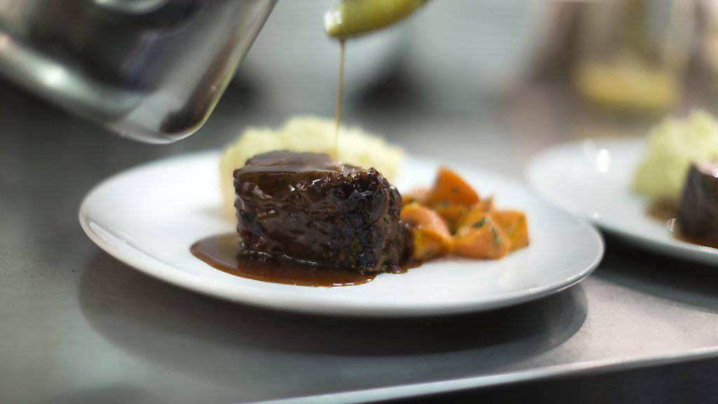Immer weniger Fleisch landet auf Schweizer Tellern. Doch noch immer beträgt der durchschnittliche Pro-Kopf-Konsum über 50 Kilogramm im Jahr. (Archiv)