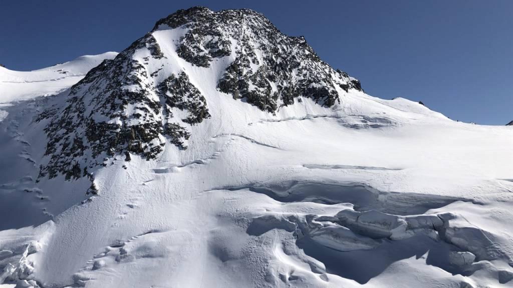 Am Sonntag ist am Piz Glüschaint in Graubünden ein 43-jähriger Schweizer rund 360 Meter in die Tiefe gestürzt und gestorben.