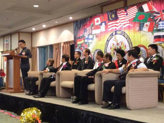 Grossmeister Martin Sewer auf der Ehrentribüne während der Eröffnungs-zeremonie in Kuching (Malaysia)