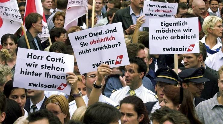 Swissair-Mitarbeitende demonstrieren 2001 nach dem Grounding vor dem Hauptsitz der UBS.