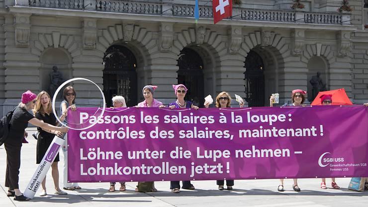Frauen fordern auf dem Bundesplatz Lohngleichheit. Die Ständeratskommission befürwortet im Grundsatz ein Gesetz, das die Unternehmen zu Lohnanalysen verpflichtet. (Archivbild)