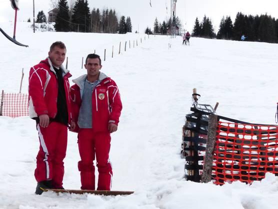 Edmir und Albenti tragen Second-Hand-Kleidung von der Skischule Savognin im Bündnerland.