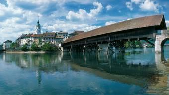 Der Blick auf die alte Holzbrücke und die Altstadt in Olten